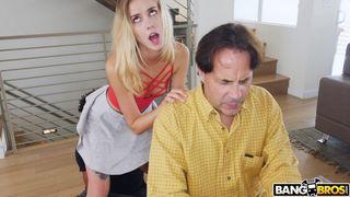 Пока отец занят делами, его дочурка развлекается с большим членом негра