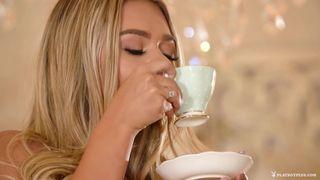 Блондинка после чашки чая занялась мастурбацией и кончила